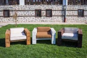 Спечели масивен, състарен, дървен фотьойл с луксозни възглавници от висококачествен пух